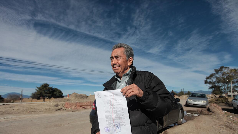 José Luis González Meza muestra la notificación de una solicitud de ampa...