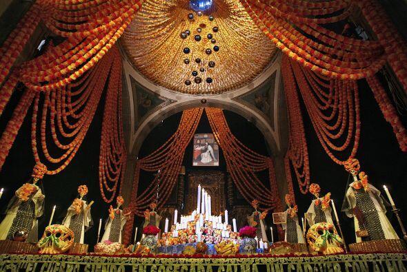 En México, el día de muertos es una celebración donde se mezclan element...