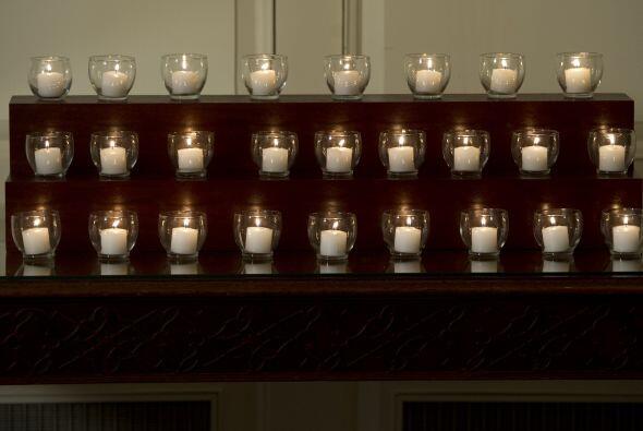El mandatario y su esposa, de estricto luto, prendieron 26 velas en memo...