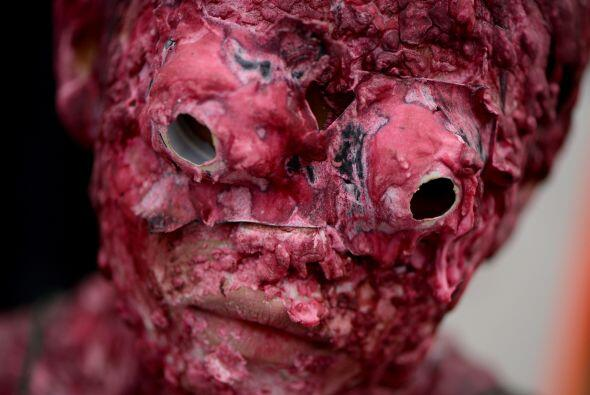 Estudiantes vestidos como zombis participaron en el desfile anual de dis...