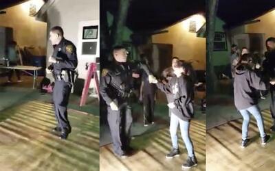 Policía iba a detener una fiesta y termina enseñando a bailar salsa