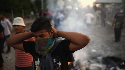 Hungría usa gas lacrimógeno contra los refugiados
