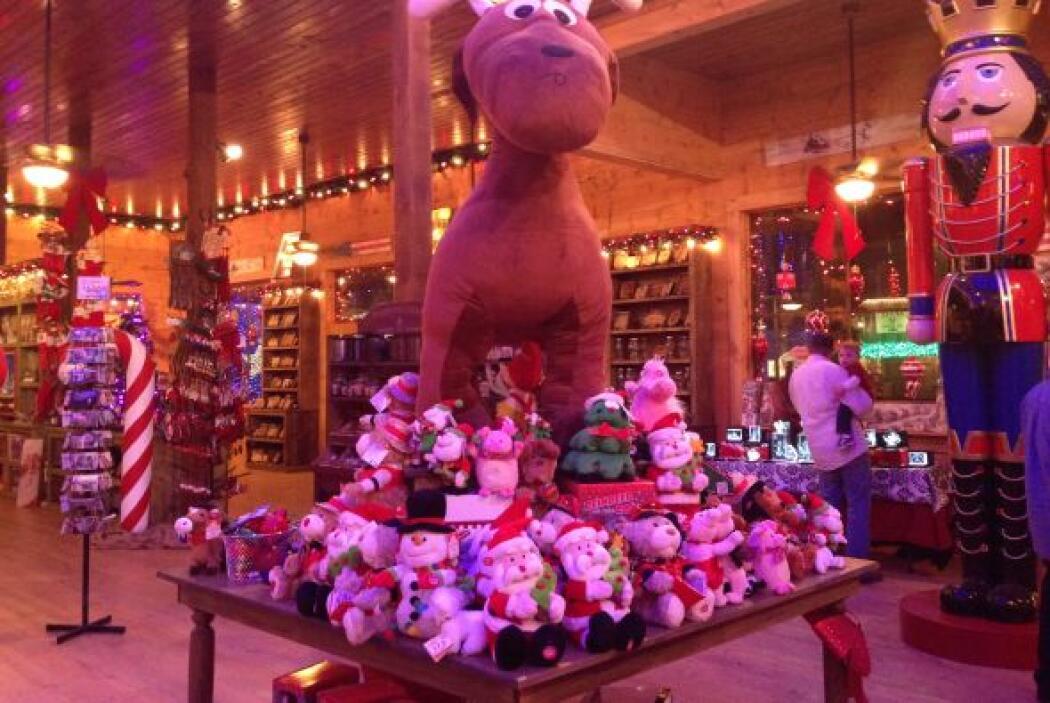 Por un lado, un reno resguarda la tienda de recuerdos.