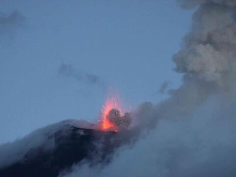 El volcán Reventador ha incrementado su actividad eruptiva, con b...