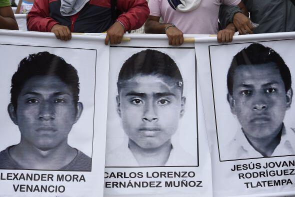 Miles de manifestantes que denuncian justicia por el caso Iguala marchar...