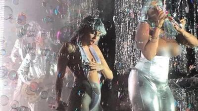 La cantante usó una peluca plateada, estuvo casi 'topless' y vistió unas...