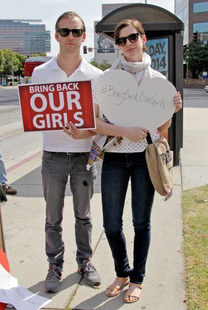 Aquí vemos a Anne y Adam con sus pancartas.Mira aquí los videos más chis...