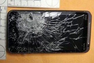 El dolor fue causado por el impacto de la bala en el teléfono móvil, el...