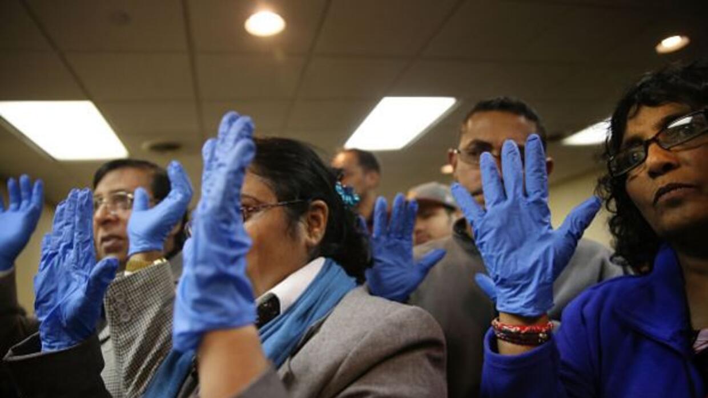 Limpiadores de aviones en aeropuerto neoyorquino, en huelga por temor a...