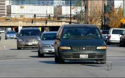 Piden licencias de conducir para inmigrantes en Illinois