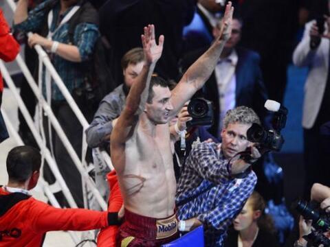 Wladimir Klitschko ganó sin problemas al polaco Marousz Wash para...