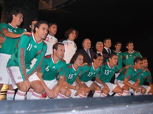 la foto del recuerdo, los jugadores que asistieron a la fiesta, con Jose...