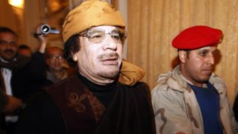El coronel Moamar Gadafi apareció ayer en un hotel de Trípoli y acusó a...