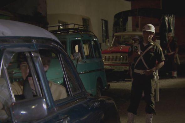 La policía detiene a la pandilla y tras revisar el auto sin encon...