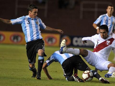 La selección agentina venció a Perú por 2-1  y qued...