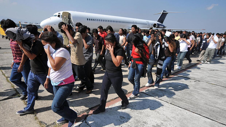 Un grupo de inmigrantes indocumentados son deportados desde EEUU a Guate...