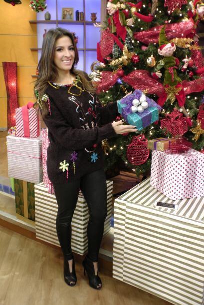 Nuestra guapa reportera está ansiosa por abrir sus regalos, pues...