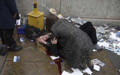 Una mujer herida, en el suelo, después del incidente armado en Lo...