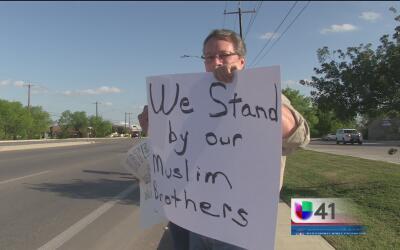 Residentes de San Antonio lanzan un mensaje de bienvenida a la comunidad...