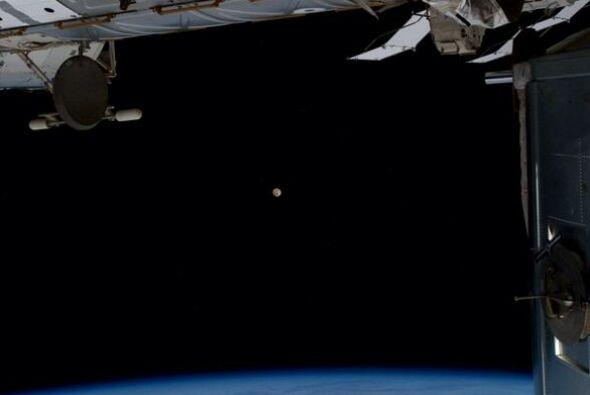 La luna llena es muy pequeña pero extremadamente detallada desde el espa...