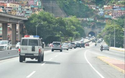 Delegación ecuatoriana conducida en vehículos de la policía venezolana a...