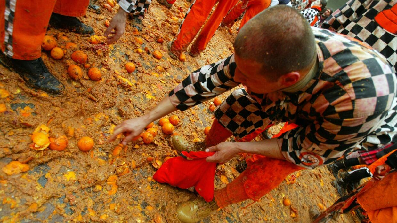 Celebran con una batalla de naranjas en el Carnaval de Ivrea, Italia