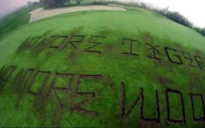 """""""No More Tigers, No More Woods"""", el mensaje en el campo de gol..."""