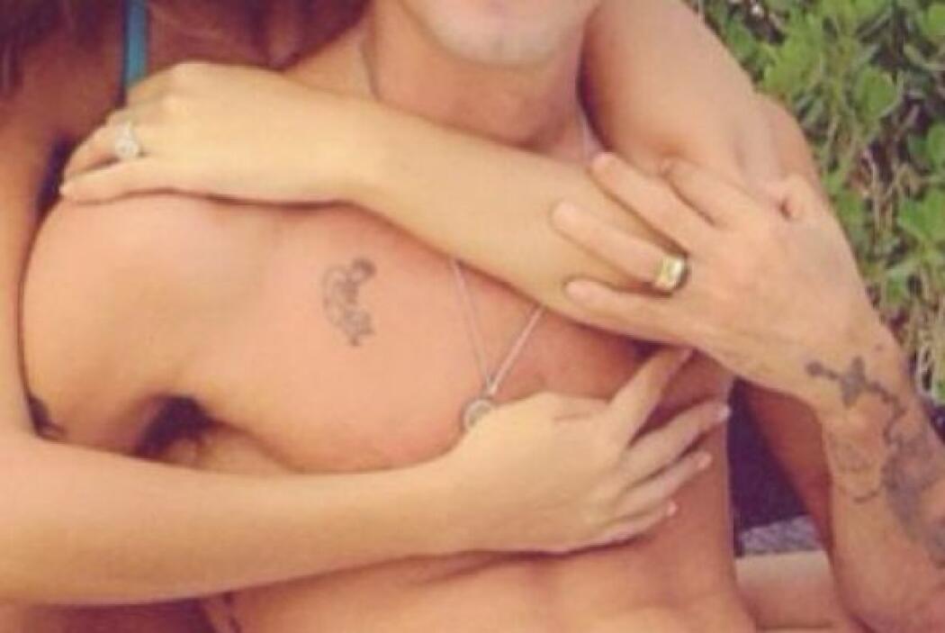 Shannon parece traer un anillo de diamantes en su mano izquierda en el d...