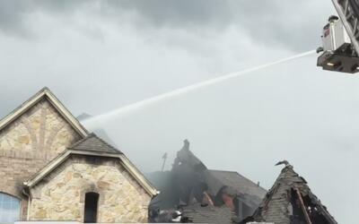 Bomberos dicen que un relámpago causó el incendio de una casa de North R...