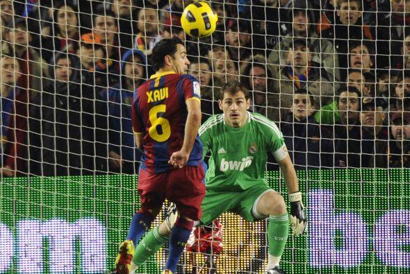 Un balón de Iniesta terminó pegando en el talón de...