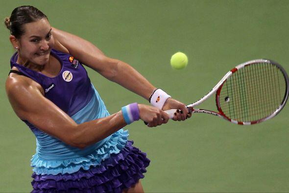 La rusa Nadia Petrova es de las fuertes, cuando da uno de sus golpes...l...