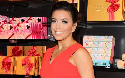La latina promueve una línea de chocolates con un cautivador vestido rojo.