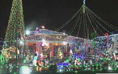 ¡Botó la casa por la ventana! Dominic la decoró con 100,000 luces y 250...