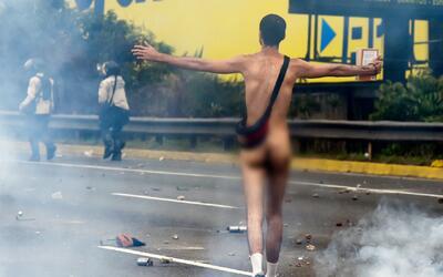 """Joven venezolano que protestó desnudo: """"cuando me quité la ropa, también..."""