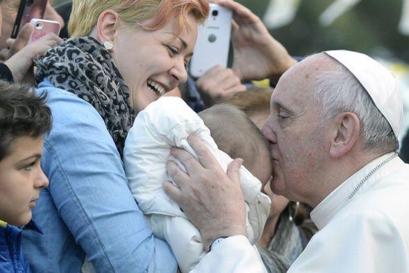 Y no duda en demostrar su afecto por los peques.