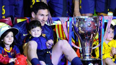 Messi con su primer hijo, Thiago celebrando una Liga.