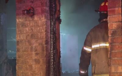 Adulto mayor salió con vida de incendio gracias a la ayuda de bombero de...