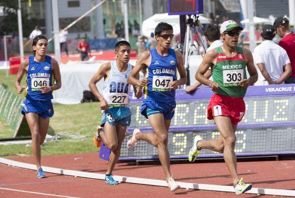 Detrás de Juan Luis Barrios (14:15.98), cruzaron la meta de los c...