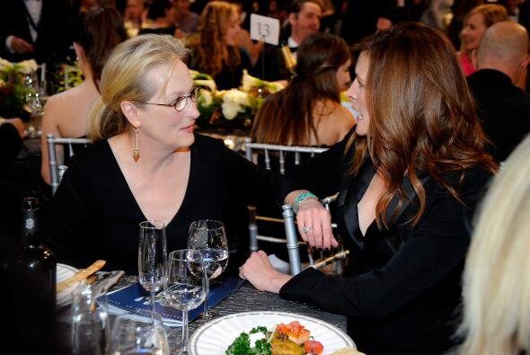Meryl Streep chismeando con Julia Roberts.