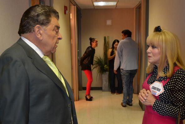 En alguna pausa al show, Don Francisco y La Cuatro compartían palabras....