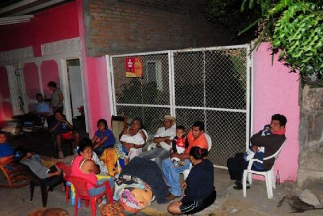Sin embargo, muchas personas permanecieron afuera de sus casas en una pr...
