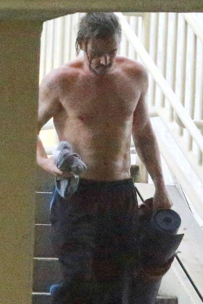 El actor de 38 años se pasea con el torso desnudo y sudado despu&...