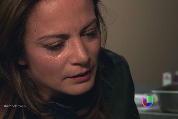Camila no puede creer lo que ha hecho su madre, no le permite que hable...