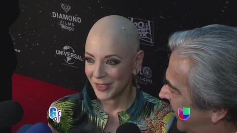 Edith González llegó muy optimista y orgullosa con su cabeza calva a un...