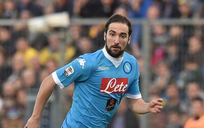 El delantero argentino Gonzalo Higuaín pasó del Napoli (ITA) al Juventus...