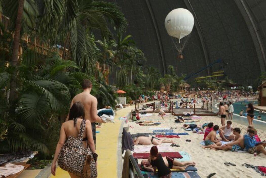 Te mostramos este hangar gigante que alberga el complejo Tropical Island...