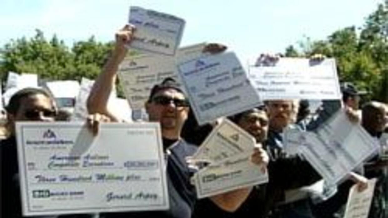 Trabajadores protestaron por los millonarios bonos de los ejecutivos 8ab...