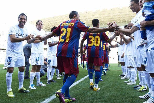 Pasillo del campeón al Barcelona, aunque muchos de los entraron al campo...