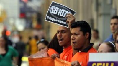 La SB1070, promulgada el 23 de abril de 2010, desató una campaña naciona...
