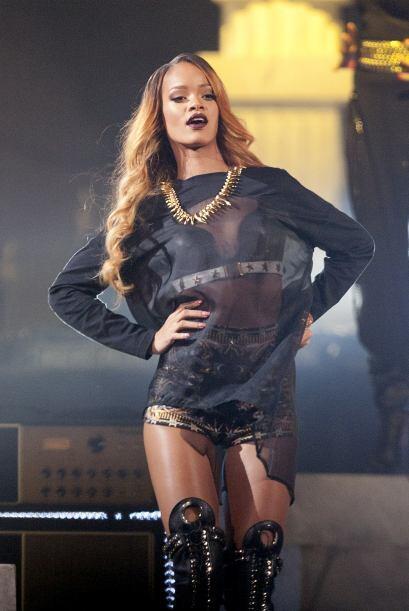 En junio de 2012 Rihanna canceló su gira de conciertos por fatiga y desh...